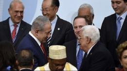 عباس ونتنياهو يتصافحان في باريس