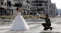 عروسان سوريان بالصور: الخراب من ورائهما والأسد من أمامهما