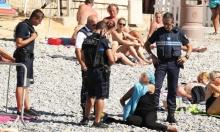 الشرطة الفرنسية تجبر امرأة على خلع البوركيني