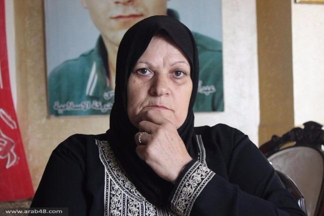 والدة الشهيد يزبك... ألم الاحتفاظ بملابس استشهاده منذ 16 عاما