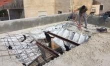 بلدية الاحتلال يجبر مقدسيا على هدم سقف منزله بيده
