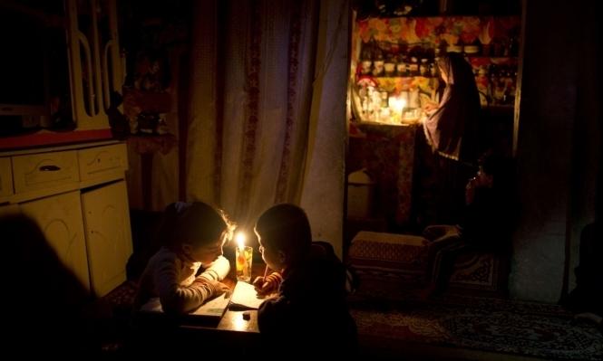 الشمع ينقذ أطفال غزة من انقطاع الكهرباء المتواصل