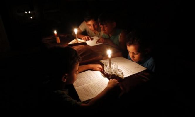 الشمع ينقذ أطفال غزة من انقطاع الكهرباء المتواصل (أ.ف.ب)