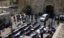 المقدسيون يؤدون صلاة الظهر بالشوارع وقرب أبواب الأقصى