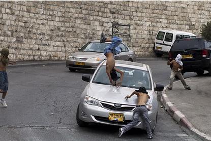 مستوطن يدهس فتية فلسطينيين في سلوان (فيديو)