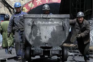 20 قتيلا واحتجاز 17 في انفجار منجم بالصين