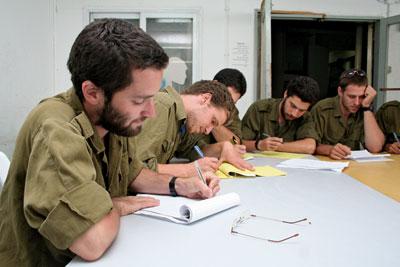الجيش الاسرائيلي يعلم ضباطه العربيّة والإسلام للتعامل مع المدنيين الفلسطينيين