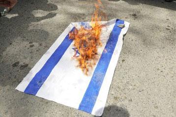 اعتقال شابين من جسر الزرقاء بشبهة حرق علم إسرائيل