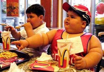 منظمة الصحة العالمية توصي بالحد من تسويق طعام من اجل بدانة الطفل