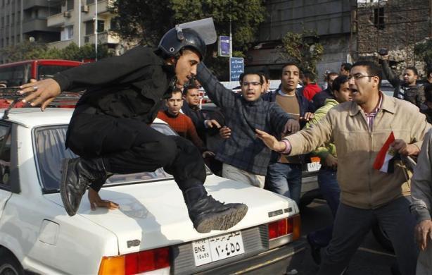 صـور وفيديو: يوم الغضب في مصر يكسر حاجز الخوف