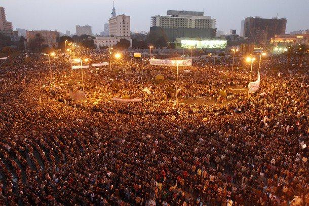 فيديو: سيارة دبلوماسية تدهش عشرات المتظاهرين في القاهرة