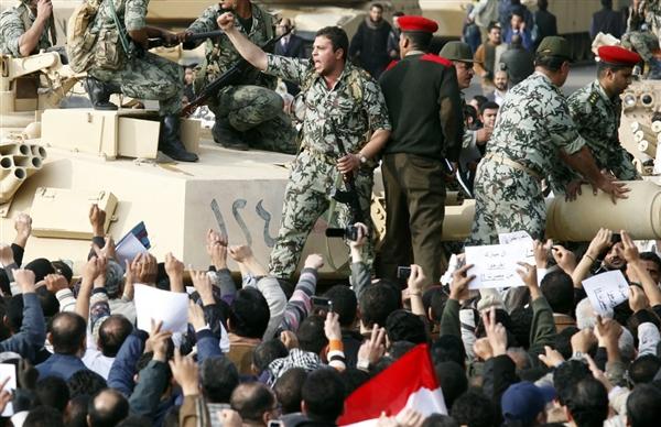 خبير عسكري أمريكي: الجيش سيضحّي بمبارك بعد ضمانه السيطرة، وسيعيق انتقال مصر إلى الديموقراطية المدنية إن حكم