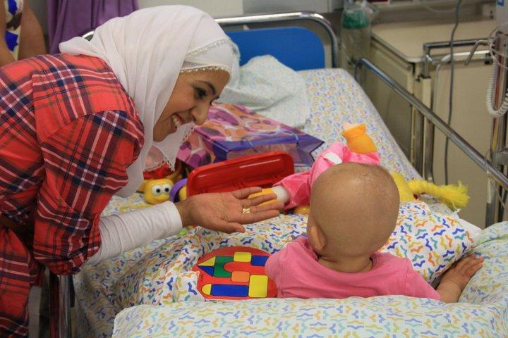 """أول نشاطاتها: """"بسمة أمل"""" تعود مرضى السرطان من الأطفال العرب بمستسفى هعيمك"""