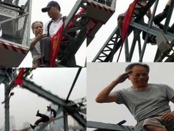 استغرق انتحاره وقتًا طويلاً فوق أحد الجسور، فدفعه أحد السائقين اللذين ملوا الانتظار