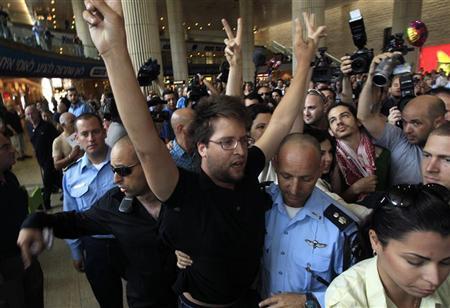 الحملة الجوية: اعتقال 6 نشطاء اسرائيليين في بن غوريون، ومنع مئات المتضامنين من السفر