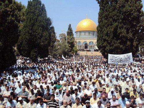 180 ألف مصلّ يؤدّون صلاة الجمعة الثانية من رمضان في القدس الشريف