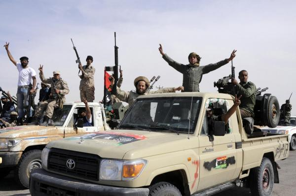 رويترز: الثوار يحاصرون القذافي وعددا من أبنائه