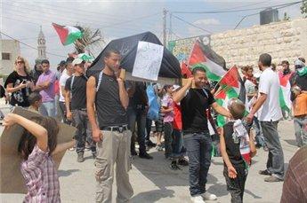 """النبي صالح تشيع جثمان  """"أوسلو""""، والاحتلال يعتدي على المتظاهرين في المعصرة وبلعين"""