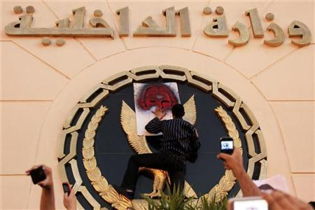 المتظاهرون المصريون يقتحمون السفارة الاسرائيلية  ويرفعون العلم المصري  فوقها