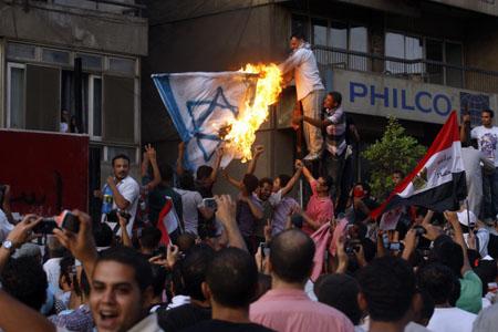 تطلب الحماية من الولايات المتحدة؛ قلق إسرائيلي من اقتحام السفارة في مصر