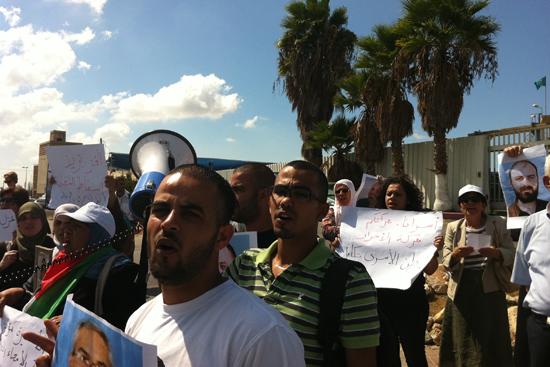 ذوو الأسرى المقدسيين يتظاهرون أمام سجن عسقلان