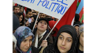 تركيا تستدعي سفيرها في فرنسا بعد اقرار قانون يجرم انكار المذابح ضد الارمن
