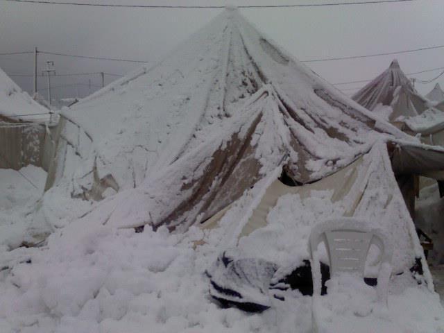 الثلوج تغمر مخيمات اللاجئين السوريين في تركيا