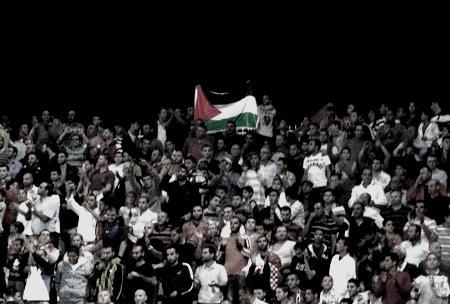 العلم الفلسطيني يرفعه جمهور سخنين في مدينة القدس