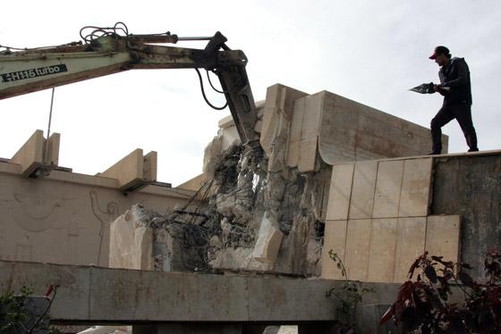 من المسؤول عن هدم تمثال جمال عبد الناصر في ليبيا ؟