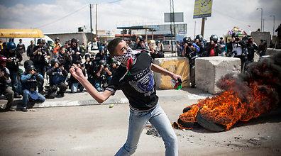 تواصل فعاليات يوم الارض الفلسطيني في الوطن والشتات ومواجهات واصابات على حاجز قلنديا