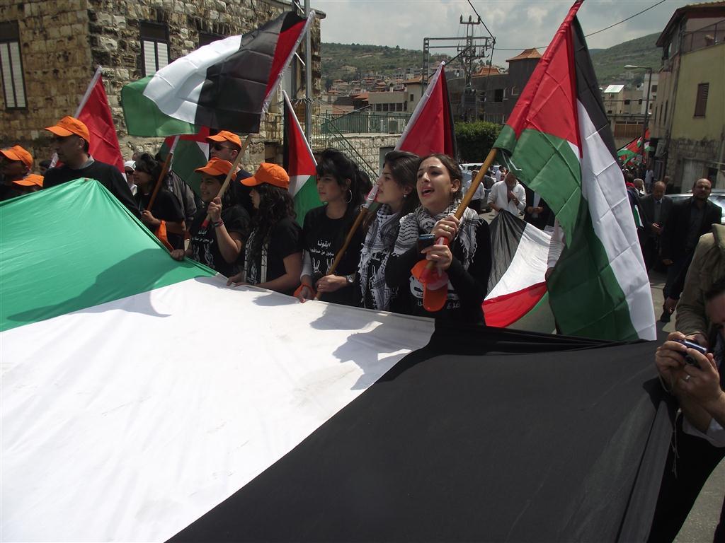 الآلاف يشاركون في مسيرة يوم الأرض والمهرجان المركزي في دير حنا