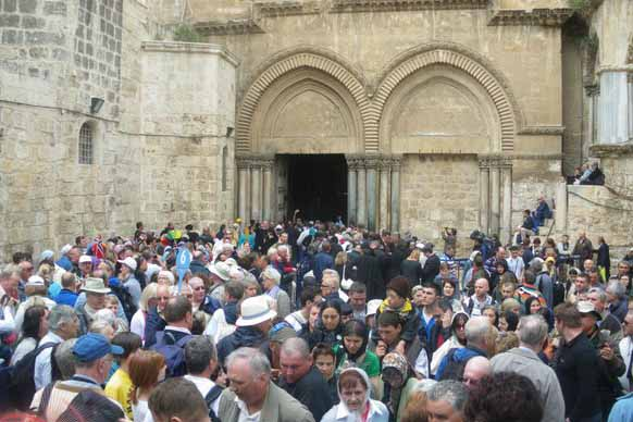 الفلسطينيون يبدأون مسيرة درب الالام احياء للجمعة العظيمة في القدس المحتلة
