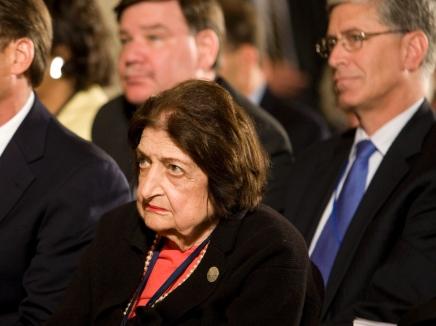 منح الرئيس الفسطيني وسام الشرف لصحفية دعت اليهود لمغادرة فلسطين يثير غضب الكونغرس