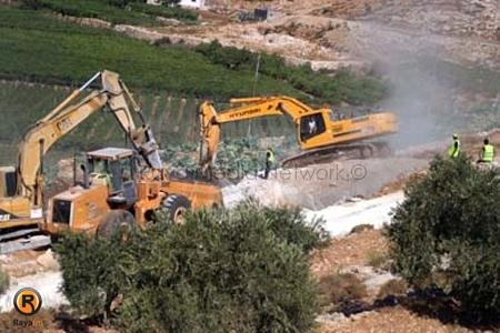 سلطات الاحتلال تجرّف أراضي زراعية في قلنديا لصالح الجدار