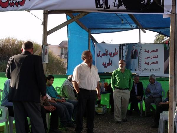 الطيرة :العشرات يؤدون صلاة الجمعة في خيمة الاعتصام في الطيرة