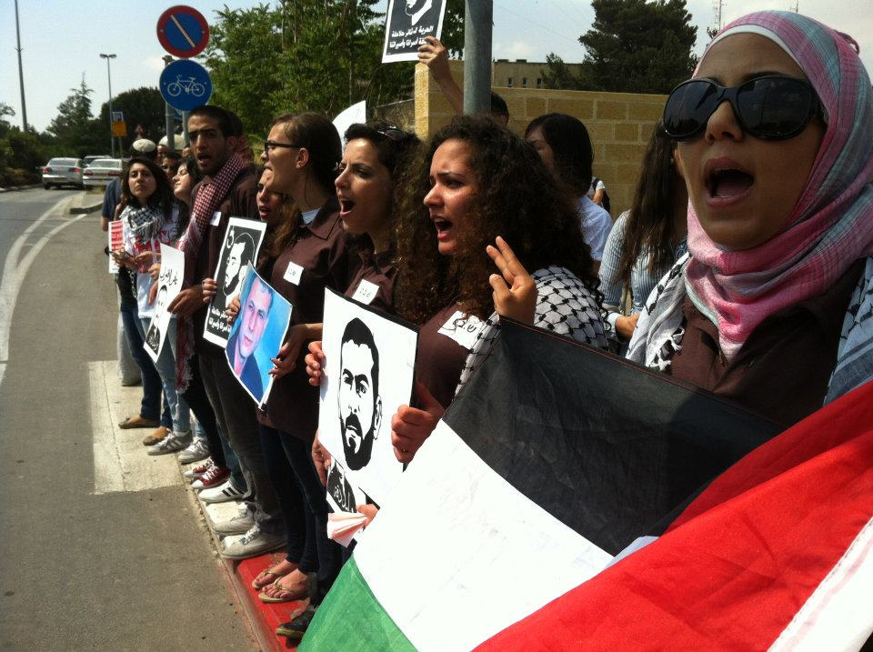 صمتنا حكم بالإعدام: تظاهرة طلابية في الجامعة العبرية دعما للأسرى