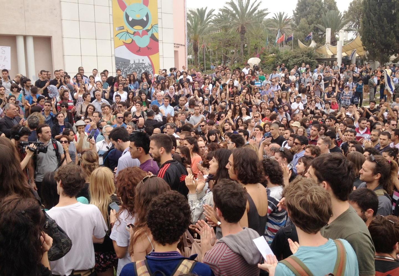 جامعة تل أبيب: مئات الطلاب والمحاضرين العرب واليهود يحيون ذكرى النكبة، واليمين يحرق الراية الفلسطينية