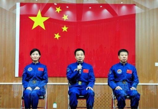 الصين تطلق مركبة مأهولة إلى الفضاء وعلى متنها أول رائدة فضاء صينية