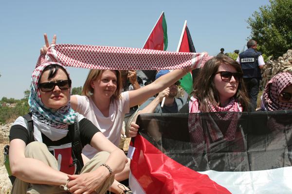 الجيش الإسرائيلي يصدر أمرا يسمح بإلقاء القبض وطرد نشطاء السلام الدوليين من الضفة الغربية