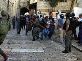 القدس: إصابة شاب في مواجهات مع جنود الاحتلال بالقرب من باب العامود