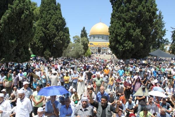 رغم اجراءات الاحتلال: نحو نصف مليون فلسطيني يؤدون صلاة الجمعة قبل الأخيرة في رحاب الأقصى