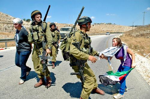 الاحتلال يعتقل 3 مواطنات و5 متضامنين ويصيب آخرين بالنبي صالح
