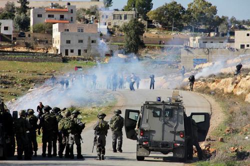 قوات الاحتلال تقمع مسيرة النبي صالح وتعتقل 11 متضامنا