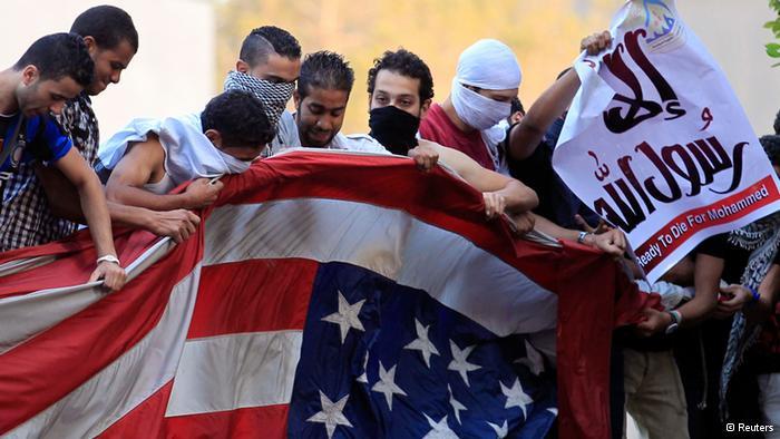"""أوباما يصادق على إرسال مئات """"المارينز"""" لحماية السفارات الأميركية في الشرق الأوسط"""