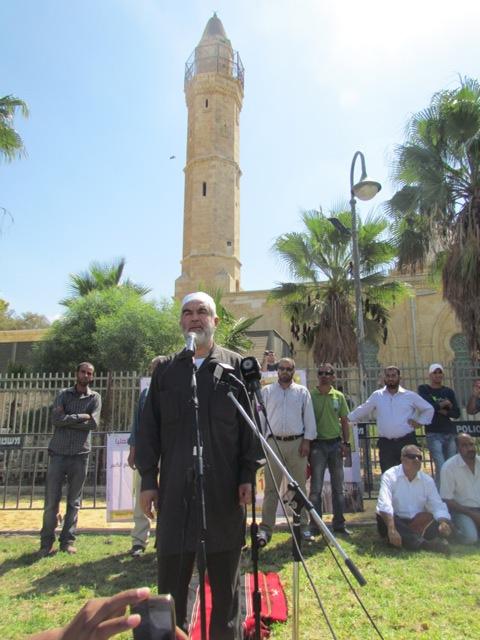 بعد 64 عاما: الالاف يؤدون صلاة الجمعة في باحة مسجد بئر السبع
