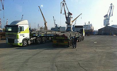 الاحتلال يعتقل تاجرا غزيا بتهمة نقل أموال وحديد لحركة حماس