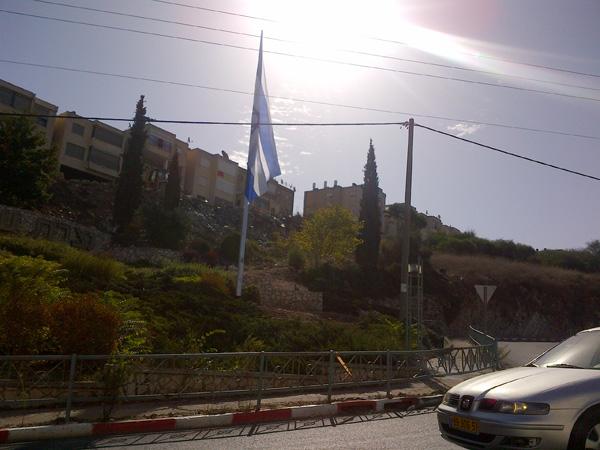النائبة زعبي: نشر الأعلام الإسرائيلية الضخمة قبالة الناصرة تحد واستفزاز