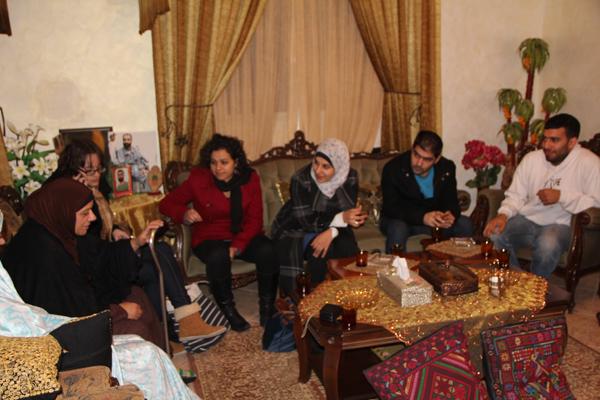 وفد طلّابي من الجامعة العبريّة في القدس يزور عائلة الأسير سامر عيساوي..