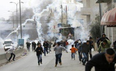اصابة العشرات بالإختناق  بالغاز المسيل للدموع في مسيرة بلعين الأسبوعية
