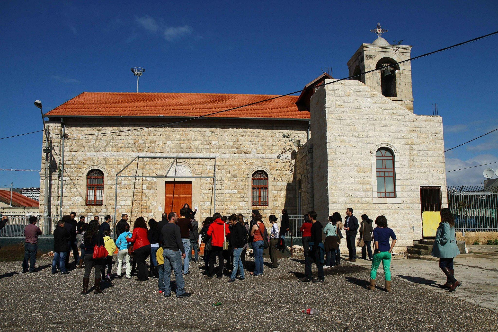 عشرات النشطاء في جولة ميدانية تضامنية في حي المحطة في مدينة حيفا